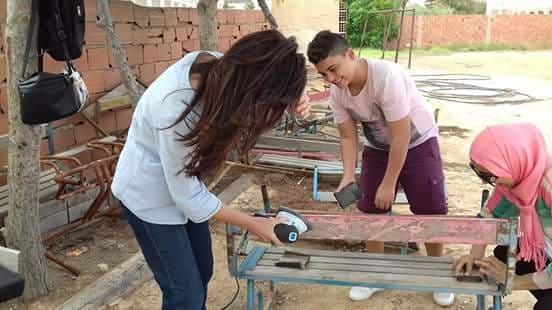 المحرس : متطوعون يقومون بإعادة تهيئة طاولات التلاميذ بالمدرسة الإبتدائية 2 مارس
