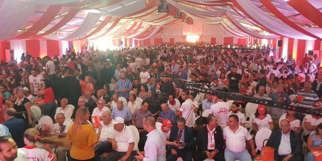 """خلال اجتماع شعبي للشاهد بصفاقس: حضور غفير من الأنصار  تجاوز 5000 شخص وعدد من النشطاء يرفعون شعار """"ديقاج"""" في وجهه."""